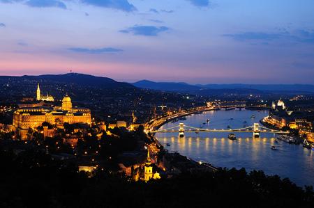 Dämmernder Blick auf Budapest: Burg und Kettenbrücke