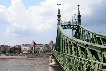 Budapest: Freiheitsbrücke und Hotel Gellért im Hintergrund