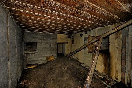 Im Flakbunker - Schießscharte Richtung Eingang links