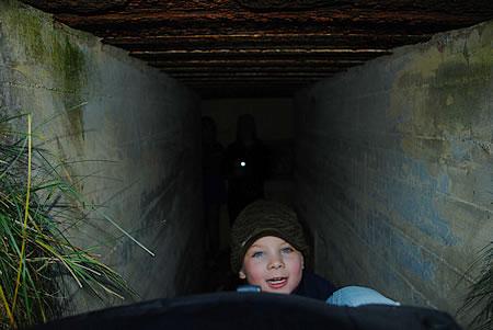 Lenni zieht mich in den Bunker