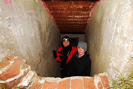 Jessica und ich am Eingang - Flakgeschütz