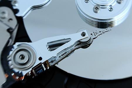 Festplatte von innen: Schreibkopf und Magnetplatte