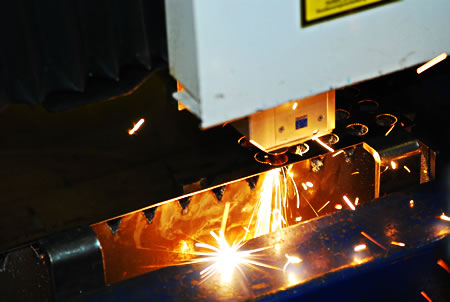 CNC Laserschneider bei der Arbeit