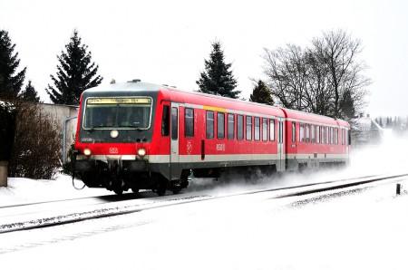 Zug Triebwagen im Schnee - VT 928 Bahn
