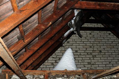 Der Winter brach durch die Dachluke